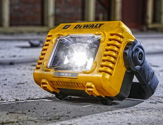 Profitez d'un éclairage efficace sur tous vos chantiers avec le projecteur compact DCL077-XJ DEWALT