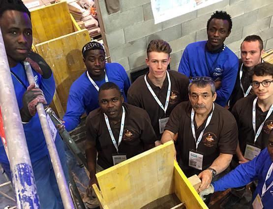 Sur leur stand au Mondial des Métiers, les élèves de Didier Lachize ont construit une arche en pisé.