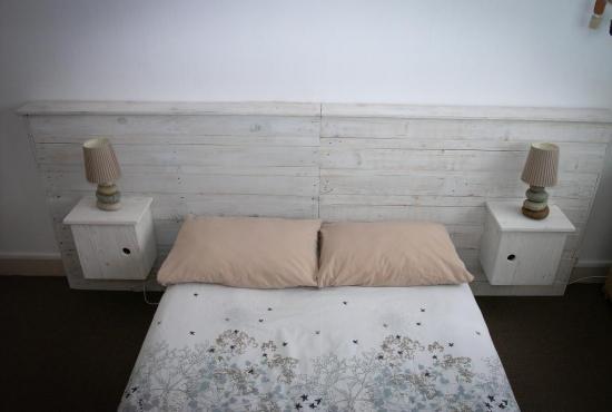 Tête de lit en palettes avec les outils RYOBI ONE + © Zone Outillage